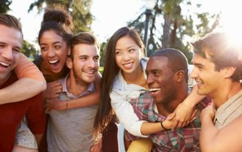Cómo cultivar amistades y atraer amigos